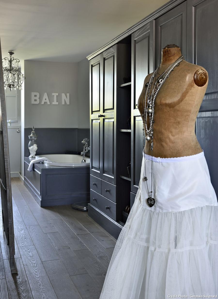 pellmell cr ations home tour une ancienne clinique. Black Bedroom Furniture Sets. Home Design Ideas