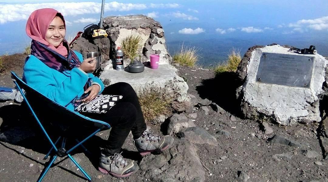 cewek cantik wisata pendakian gunung di Wisata