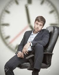 homem esperando no trabalho