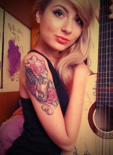 Flor de rosa com guitarra tatuagens para menina
