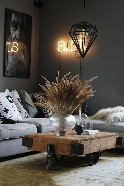 annelies design, webbutik, webbutiker, webshop, nätbutik, vardagsrum, vardagsrummet, guld, ny matta, mattor, matta, guldig, grått, grå, gråa, loyal living varberg, tavla, svartvit, svartvita, svartvitt, kuddar, i soffan, art, neonbokstäver, neon, ljusstake, lampa, diamant,