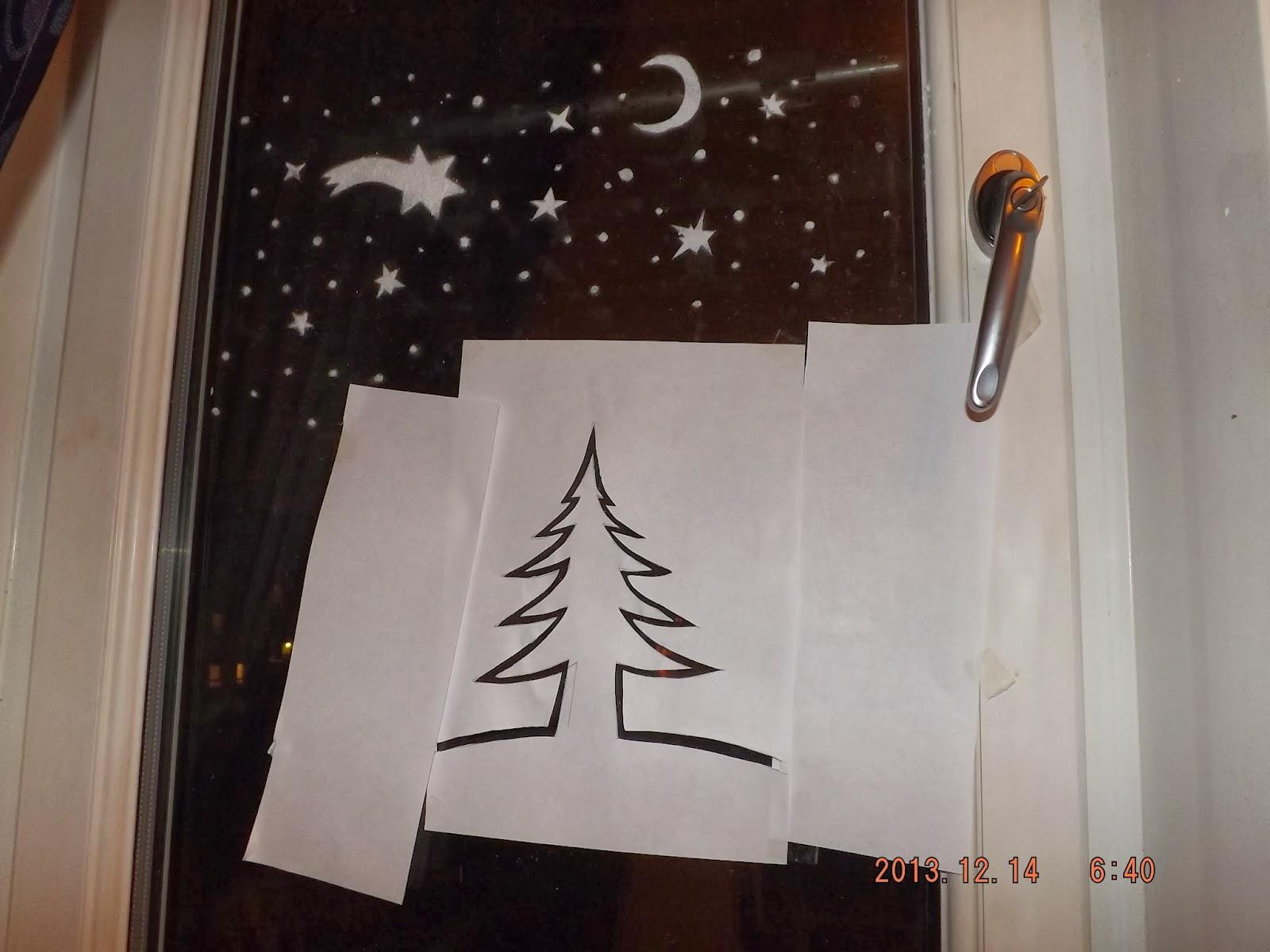 A karácsonyi ablakdísz sablonja az ablakon van