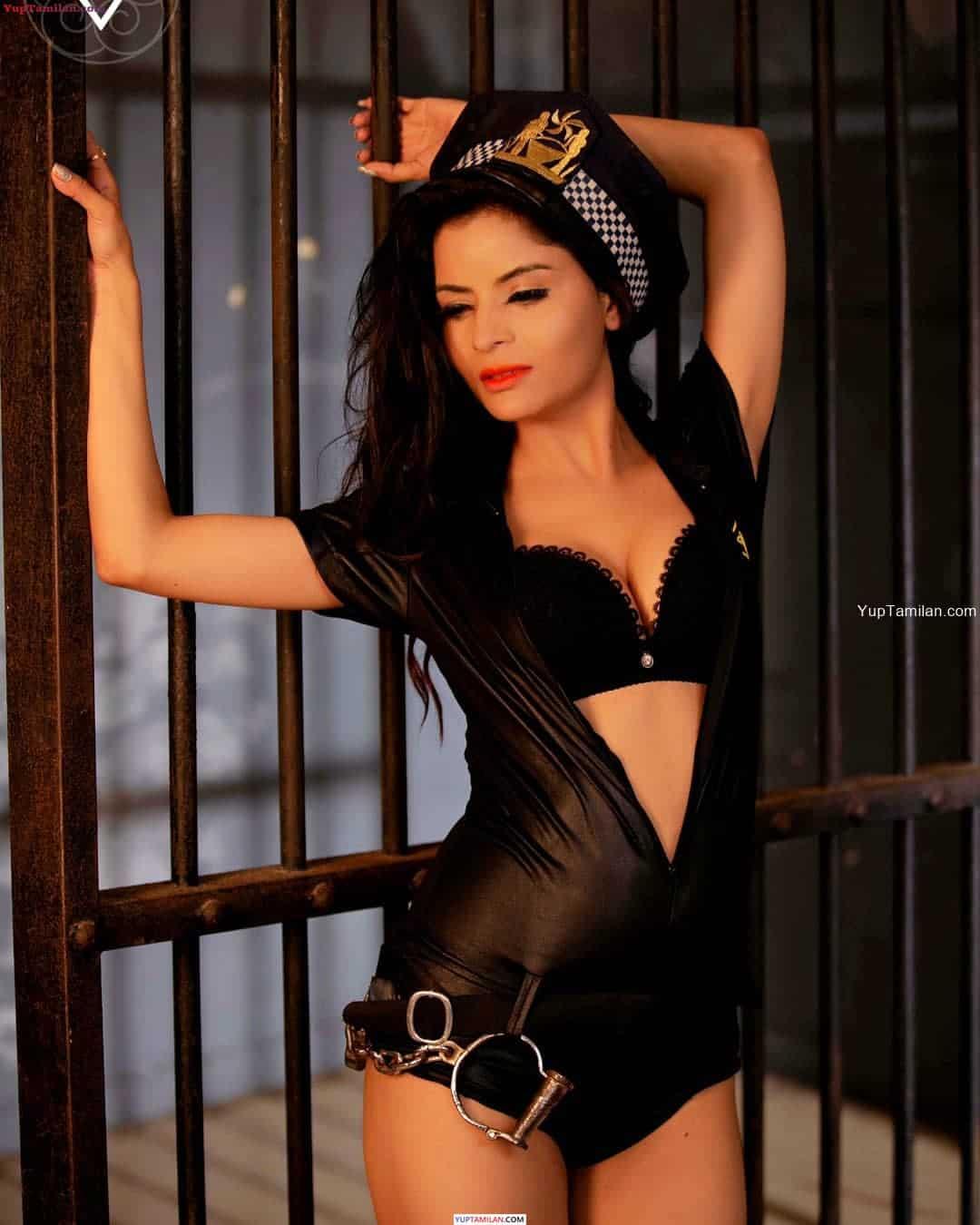 Gehana Vasisth Hot Photos in Bra- Boobs cleavage Pics