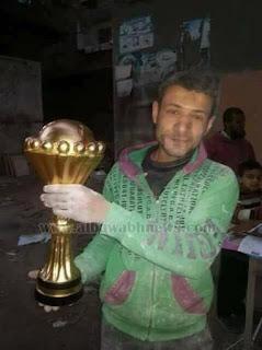 """""""صنايعية دمياط"""" يهدون كأسًا خشبيًا لمنتخب مصر"""