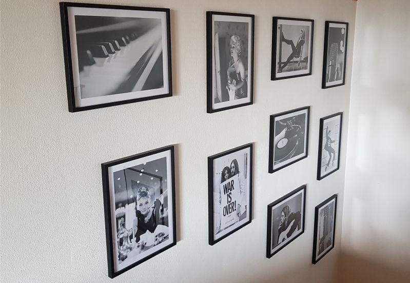 Neue Wanddeko für den Treppenaufgang mit Postern und Rahmen von Poster Store