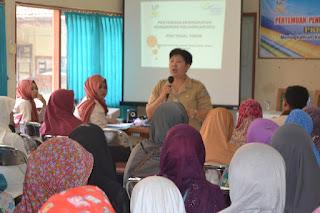 dr. Yvone mengisi acara P2K2 di kecamatan tegal timur