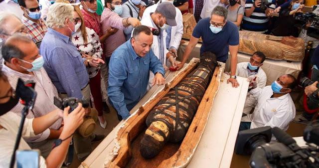 Múmias de sacerdotes e nobres do Egito Antigo foram encontradas nos sarcófagos de Sakkara