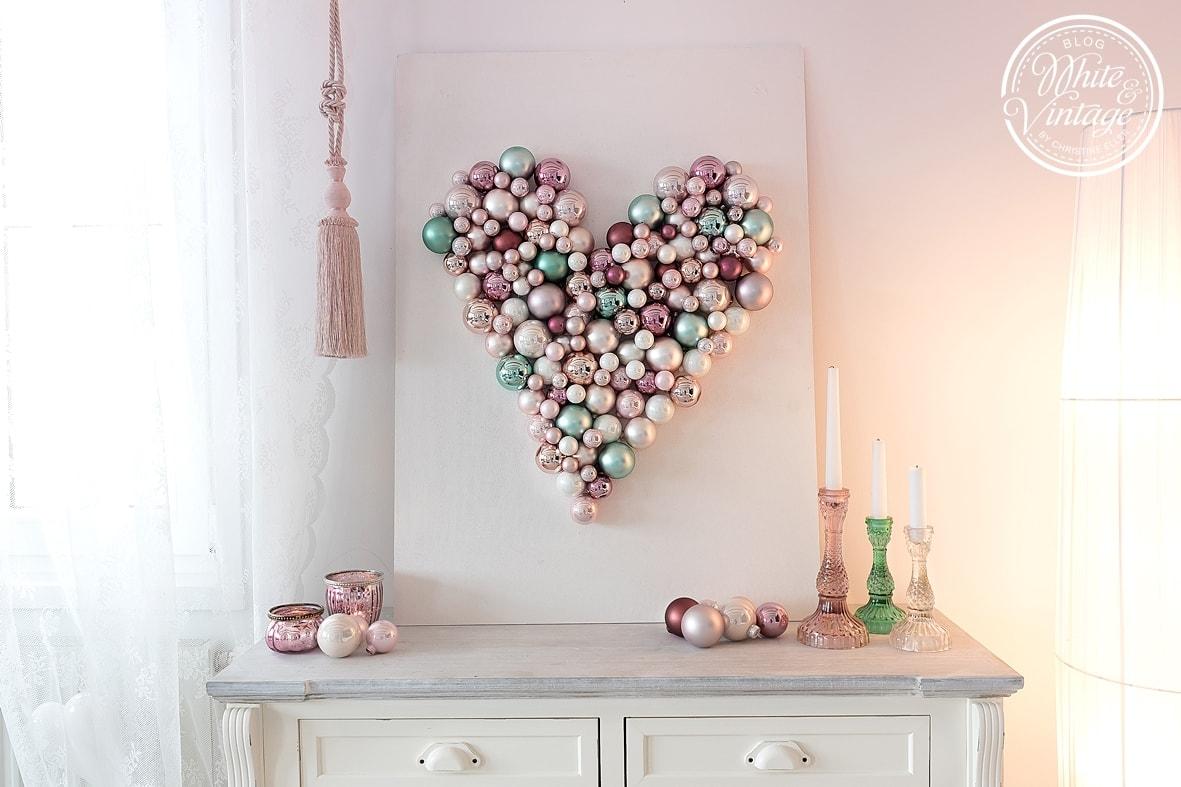 DIY-Wanddeko Herz aus Weihnachtskugeln