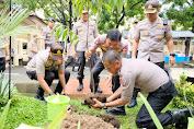 Manfaatkan Momen Kunker di Polda Sulsel, Kapolri Jenderal Idham Azis Tanam Pohong