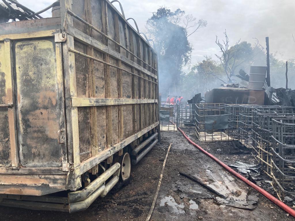 Gudang Minyak Terbakar, Pihak Damkar Pakai Cairan Khusus Untuk Padamkan Api