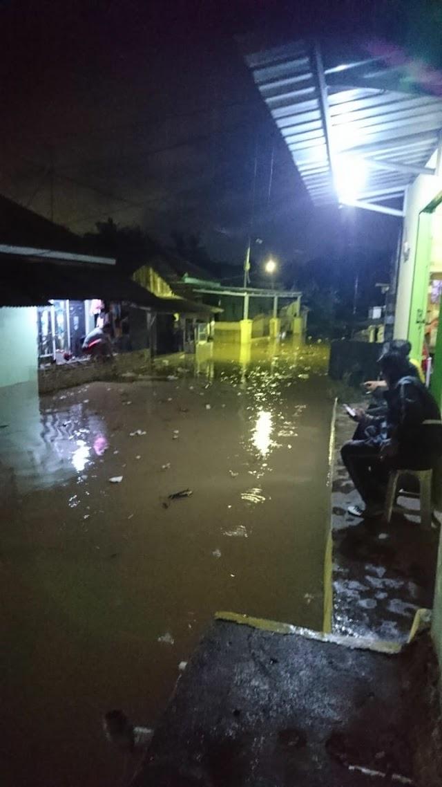 Hujan Deras Yang Mengguyur Kota Bandarlampung Menyebabkan Banjir Mencapai 1 Meter