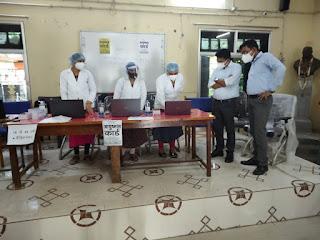 कलेक्टर ने किया पी जी कालेज के टीकाकरण का केन्द्र का निरीक्षण