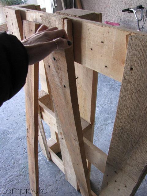 Αφαιρούμε τα ξύλα από την παλέτα.