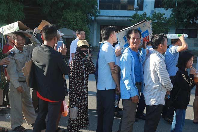 """Sân Hà Tĩnh """"nóng"""" nhất Việt Nam: Fan xếp hàng dài xem Công Phượng"""