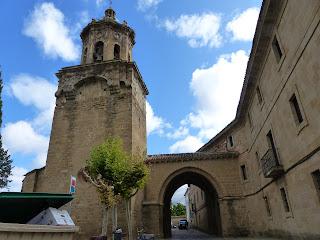 265 Puente la Reina   La Iglesia del Crucifijo   Datos Artísticos y Arquitectónicos   - La Iglesia  y la Torre -  www.casaruralurbasa.com