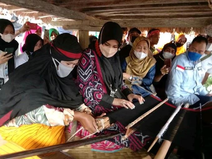 Aurel Hermansyah Unjuk Kebolehan Menenun, Di Uma Lengge, Desa Wawo Maria, Bima