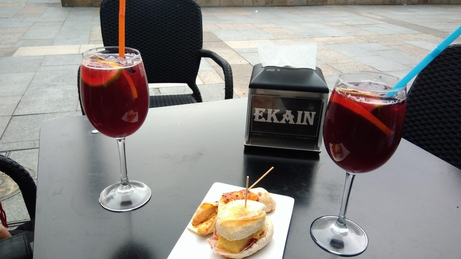 Sangria i tapas na Plaza Nueva w Bilbao