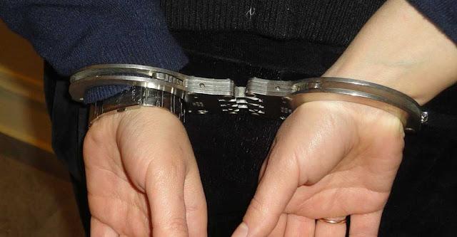 Συνελήφθη στο πλαίσιο του αυτοφώρου γυναίκα η οποία φέρεται μέσω αναρτήσεων στο Διαδίκτυο να προέτρεπε μαθητές να πηγαίνουν στο σχολείο χωρίς τα απαραίτητα τεστ ανίχνευσης του κορονοϊού (self-test).