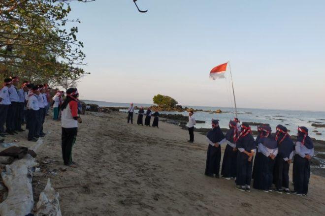 Keren! Puluhan Pemuda Labotto Bone Gelar Upacara Sumpah Pemuda di Pinggir Pantai