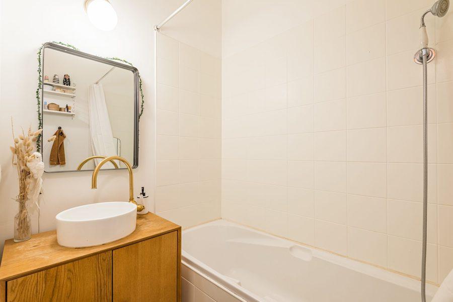Baño pequeño con grifos dorados