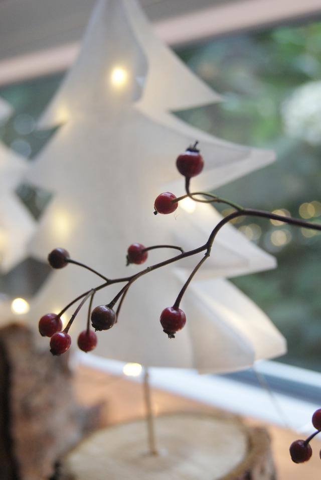 Weihnachtsdeko Fensterbank Papierbäumchen mit Hagebuttenzweig