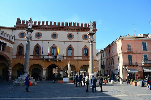 Les deux colonnes sur fond de Palazzo Merlato.