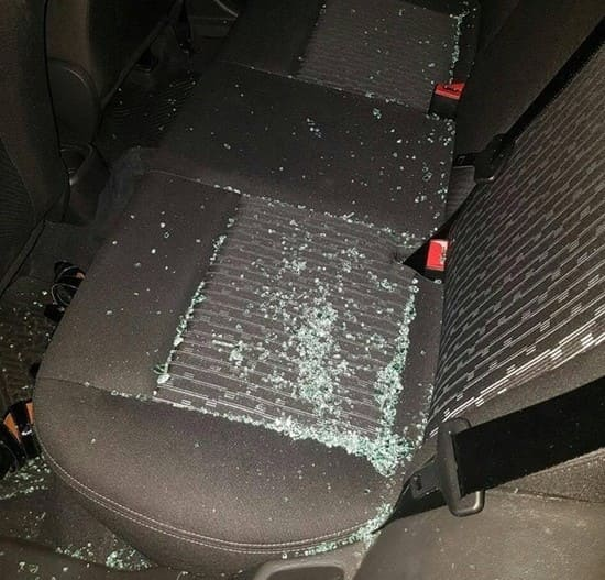 Com uma pedra foi quebrado o vidro para cometer furto