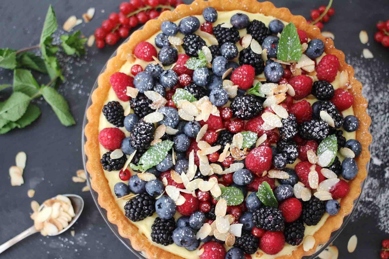Obsttorte mit frischen Beeren