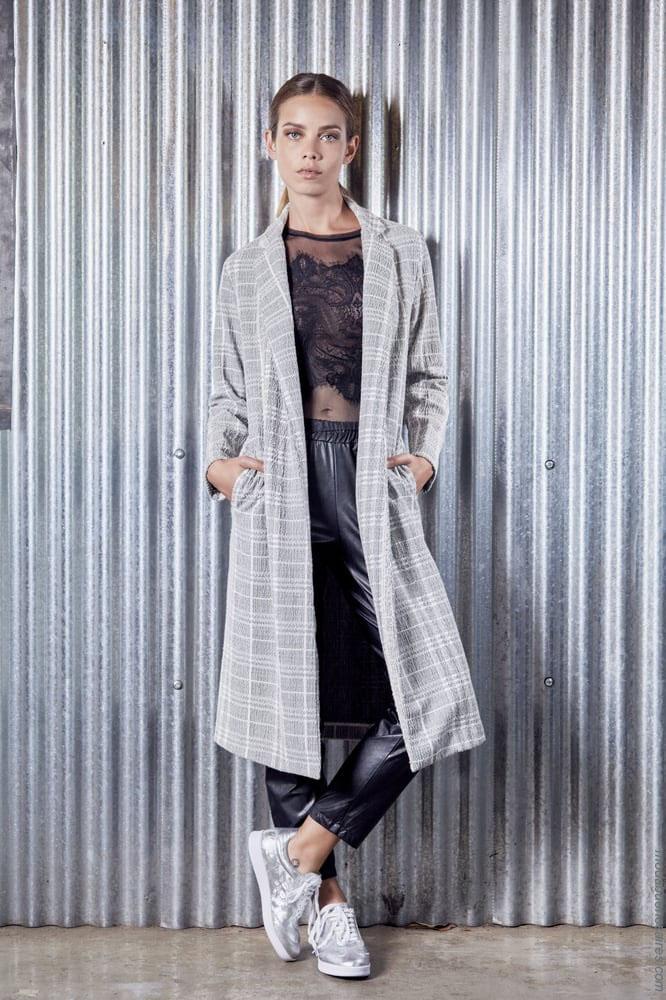 Moda otoño invierno 2018. Look tendencia de moda otoño invierno 2018: Saco 7/8 a cuadros, blusa con transparencias, pantalón cropped simil cuero y zapatillas metalizadas urbanas by Ossira.