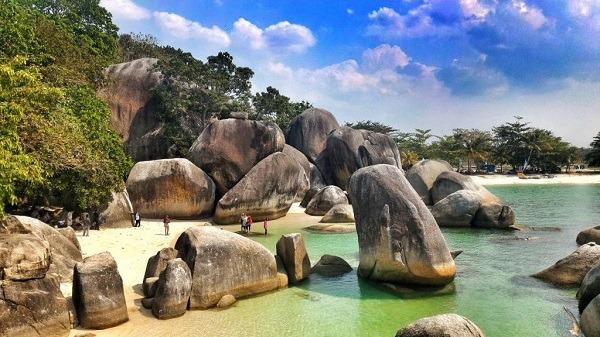 Pantai Tanjung Tinggi liburan ke bangka belitung dengan traveloka xperience