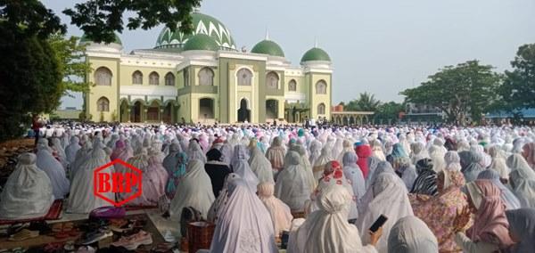 Sholat Istisqa' Di Halaman Mesjid Al Mukarram Kapuas Dihadiri Ribuan Jema'ah