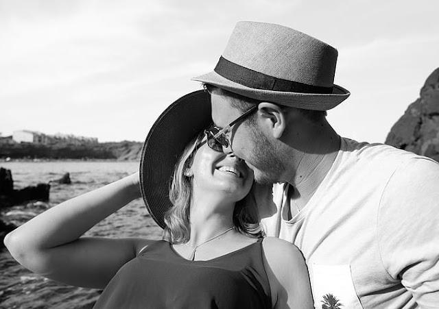Was viele Männer nicht erkennen, ist, dass es viele einfache Möglichkeiten gibt, sich sofort für die Frauen, die Sie sich wünschen, attraktiver zu machen. Wenn Sie genau hinhören, werde ich einige der Lektionen teilen, die ich gelernt habe. Ich garantiere, wenn Sie diese Dinge anwenden, werden Sie effektiver darin sein, Verabredungen mit schönen, sexy Frauen zu bekommen.    Das erste, was hier zu beachten ist, ist Folgendes: Anziehung ist KEINE Wahl für Frauen. Sie entscheiden nicht, von wem sie sich angezogen fühlen. Was meine ich? Denken Sie darüber nach ... Stellen Sie sich vor, Sie gehen die Straße entlang und sehen das atemberaubendste, schönste Mädchen. Langes lockiges Haar, vollbusig, sie hat ein Lächeln, das Metall zum Schmelzen bringt. Innerhalb eines Augenblicks fühlen Sie sich von ihr angezogen. Sie brauchen keine 5 Minuten, um logisch über die Vor- und Nachteile nachzudenken. Sie fühlen sich entweder sofort zu ihr hingezogen oder nicht! Sie haben in dieser Angelegenheit KEINE Wahl.