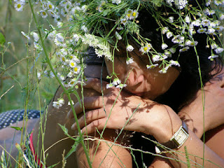 Я плету свою жизнь из тюльпанов и роз,  Между ними вставляя ромашки.  Я леплю свою жизнь из песка и из грёз,  Там и здесь допуская промашки.