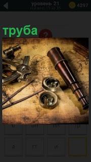 Карта для поиска, циркуль, секстант и подзорная труба на столе