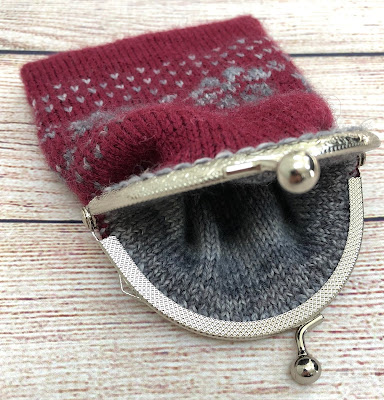 Coin purse knitted with DROPS Fabel and attached metal frame with kiss clasp lock