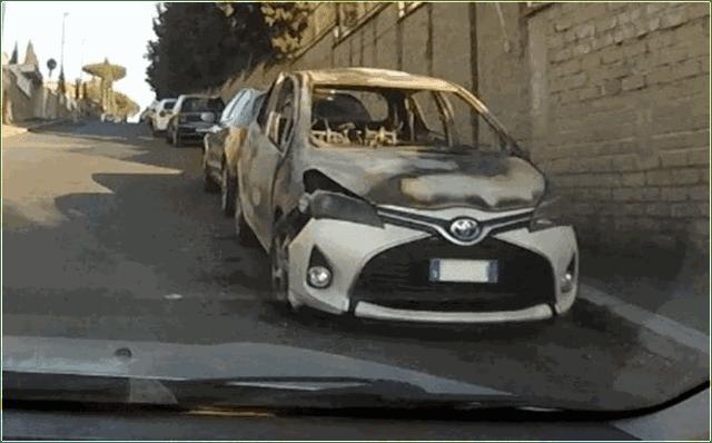 Come rubare un'auto e dargli fuoco nell'indifferenza generale
