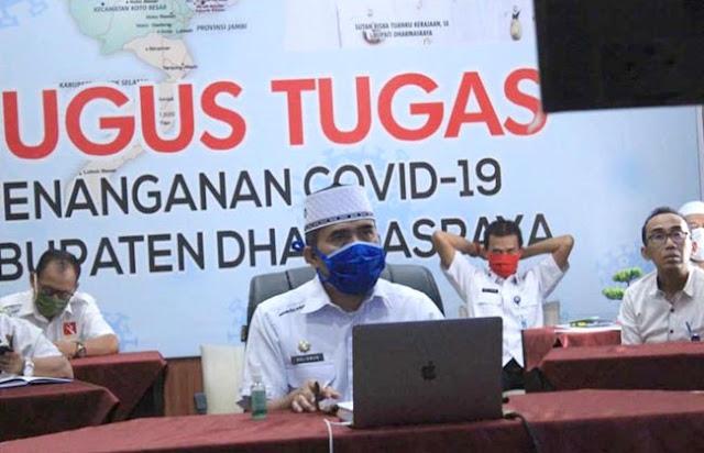 Sekretaris Daerah Kabupaten Dharmasraya, Adlisman, asisten dan sejumlah Kepala OPD  mengikuti video conference