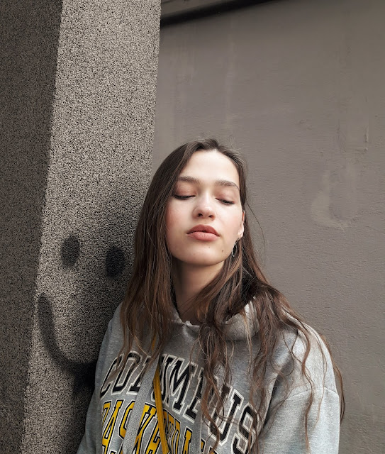fashion, outfit, stylizacja z żółtą spódnicą, kabaretki, trendy 2019, wiosna 219, modelka, sesja, zdjęcia, fashion blogger, styl, co założyć, zdjęcia w Warszawie, miasto, grlpower, żółty