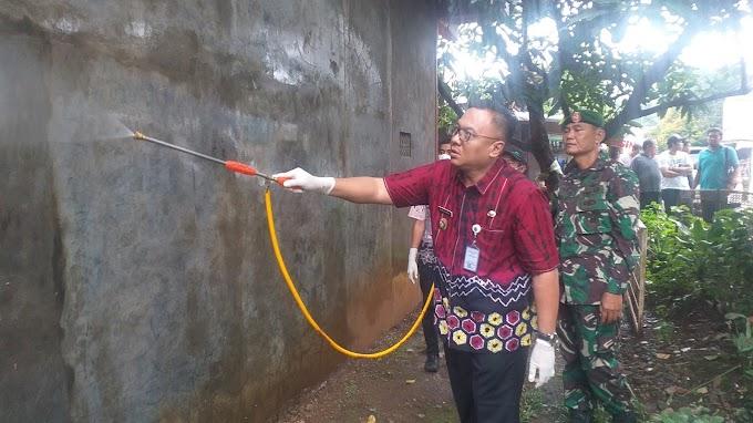 Pradi Ikut Musnahkan Serangan Ulat Bulu di Pondok Ranggon