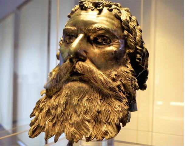 Голова царя Севта III, найденная при входе в гробницу (бронза).