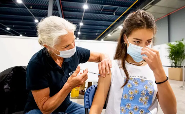 A girl is vaccinated against COVID-19 in Utrecht, Netherlands, Photo: Getty Images