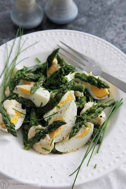 Sałatka ze szparagami, jajkiem gotowanym na twardo oraz majonezem