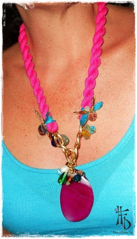 BOHO STONE. Collar en fucsia con ágata en el mismo color / Fuchsia necklace with agate in the same color