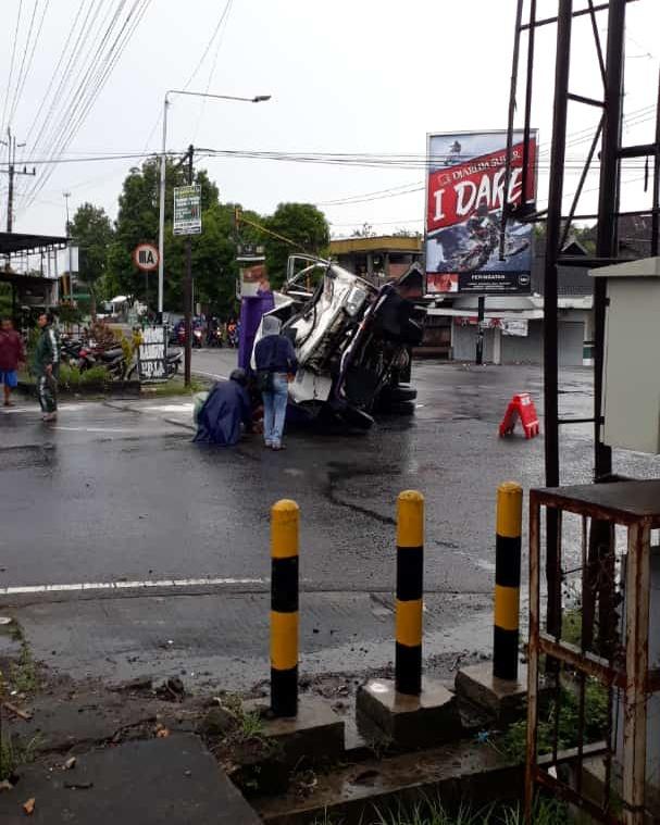 Truk bermuatan mill seruduk bus pariwisata asal Surabaya