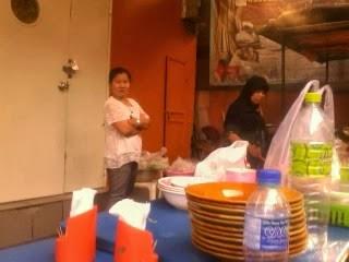 """<a href=""""url gambar""""><img alt=""""kedai makan halal sebelah pizza Khao San road Bangkok Thailand"""" src=""""urlgambar"""" title=""""kedai makan halal sebelah pizza khao san road Bangkok thailand"""" />"""