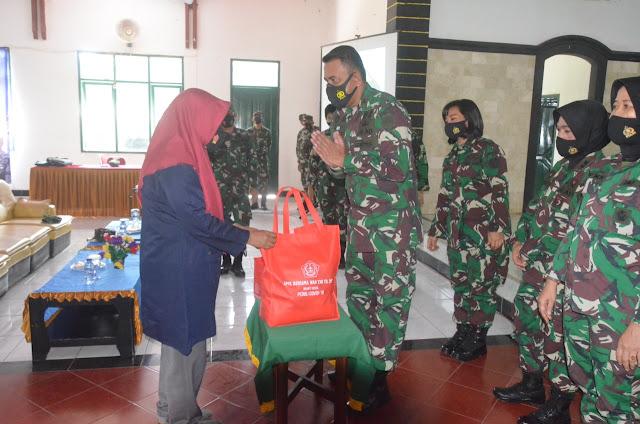 Wan TNI Bagikan Ratusan Paket Sembako Ke Warga Tidak Mampu di Cianjur
