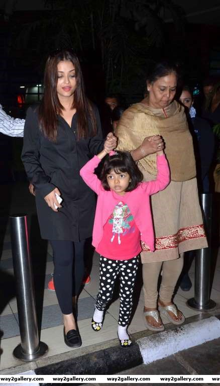 Our shutterbug caught Aishwarya Rai and Aaradhya Bachchan at the Mumbai airport
