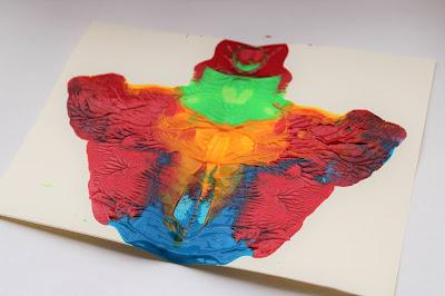 borrão de tinta, espalhada na folha de forma simétrica