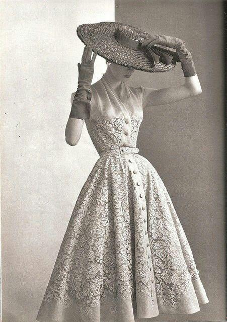 Cintura marcada, luvas e chapéu com aba larga na moda dos anos 50