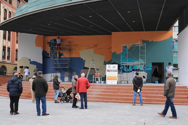 Proceso de pintado del mural en Herriko Plaza